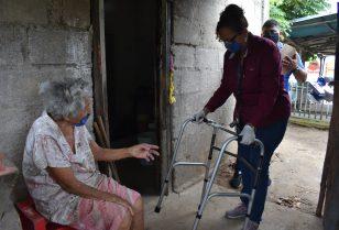 DIF sigue entregando apoyos para adultos mayores.