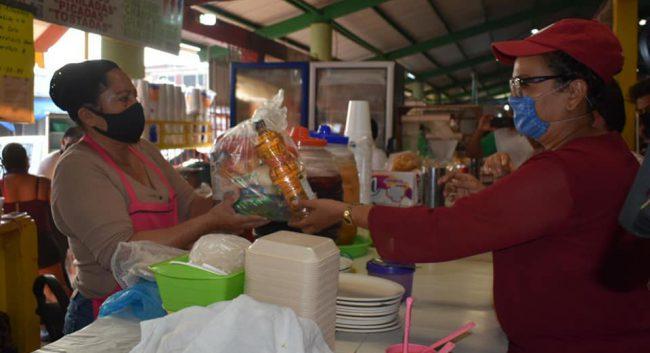 Entrega Sergio Guzmán insumos alimentarios a todos los locatarios del mercado campesino.