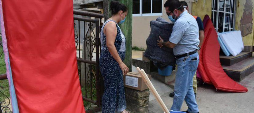 Gobierno de Agua Dulce continúa entregando apoyos a familias afectadas por inundación