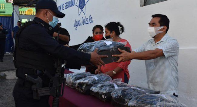 Gobierno de Agua Dulce entrega uniformes a Policía Municipal